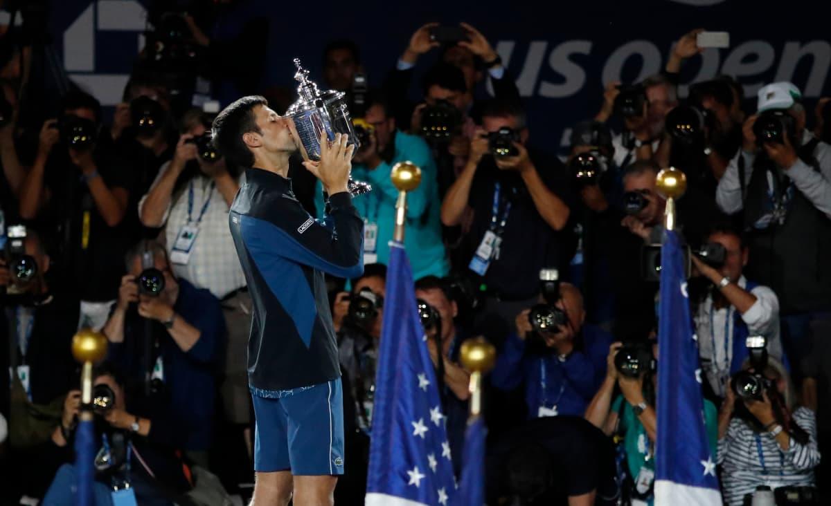Novak Djokovic suutelee mesteruuspystiä.