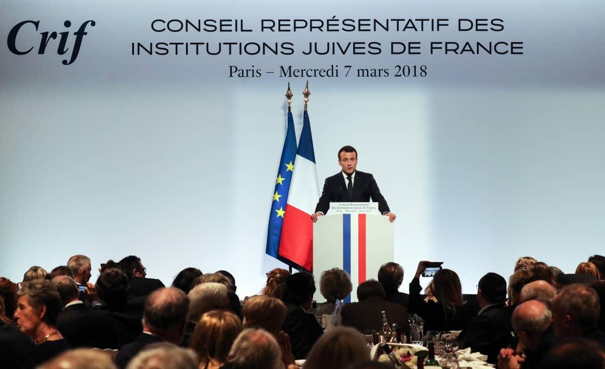 Ranskan presidentti Emmanuel Macron puhuu juutalaisinstituutin tilaisuudessa illalla Pariisissa 7. maaliskuuta 2018.