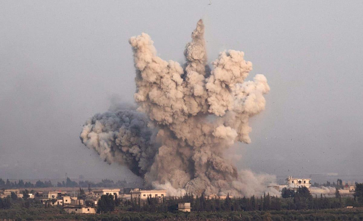 Suuri savupilvi nousee Syyria puolelta rajaa.