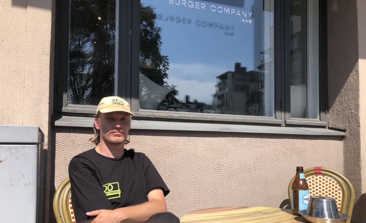 DJ Simo Pukkinen istuu terassilla.