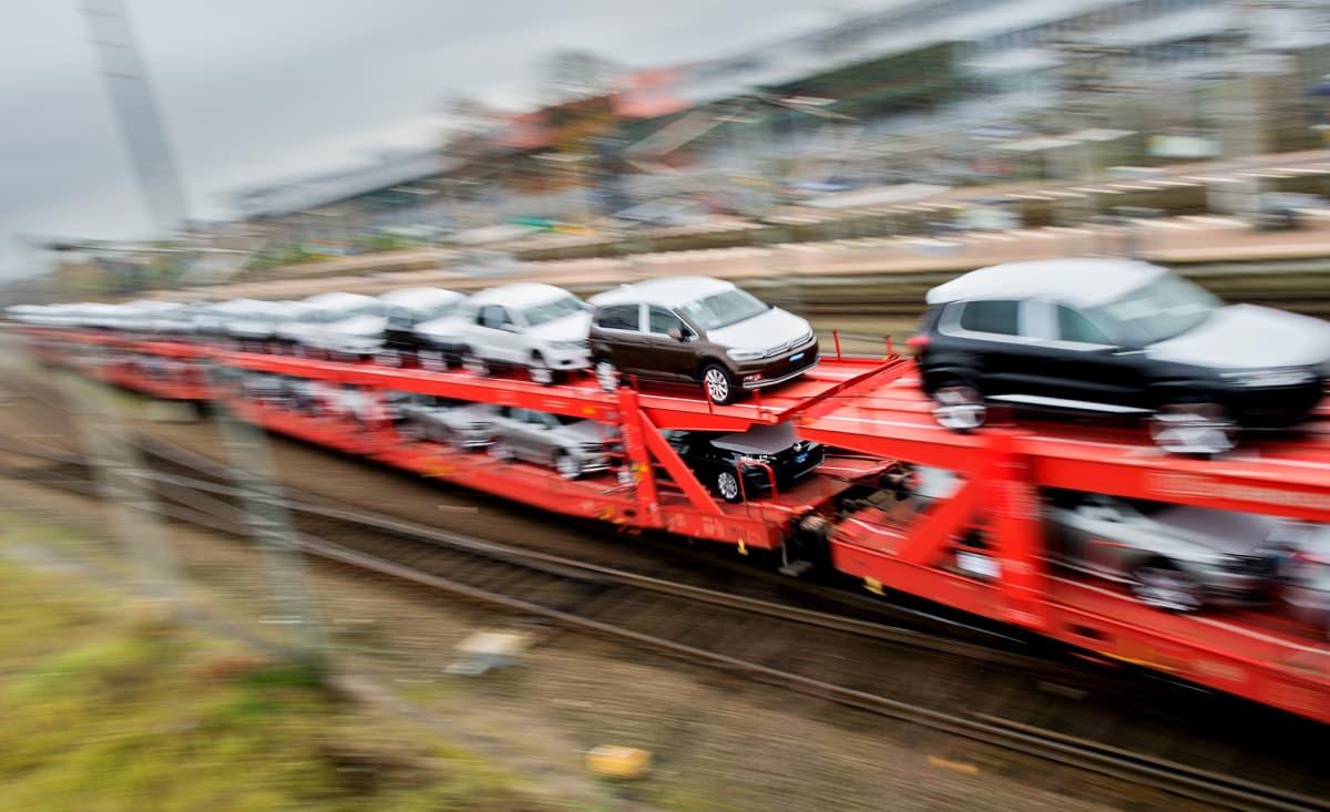 autojenkuljetusta Junalla.