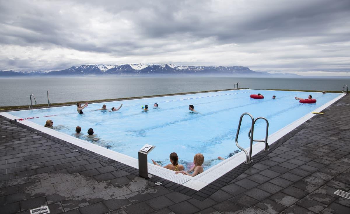 Ihmisiä uimassa ulkoilmauimalassa