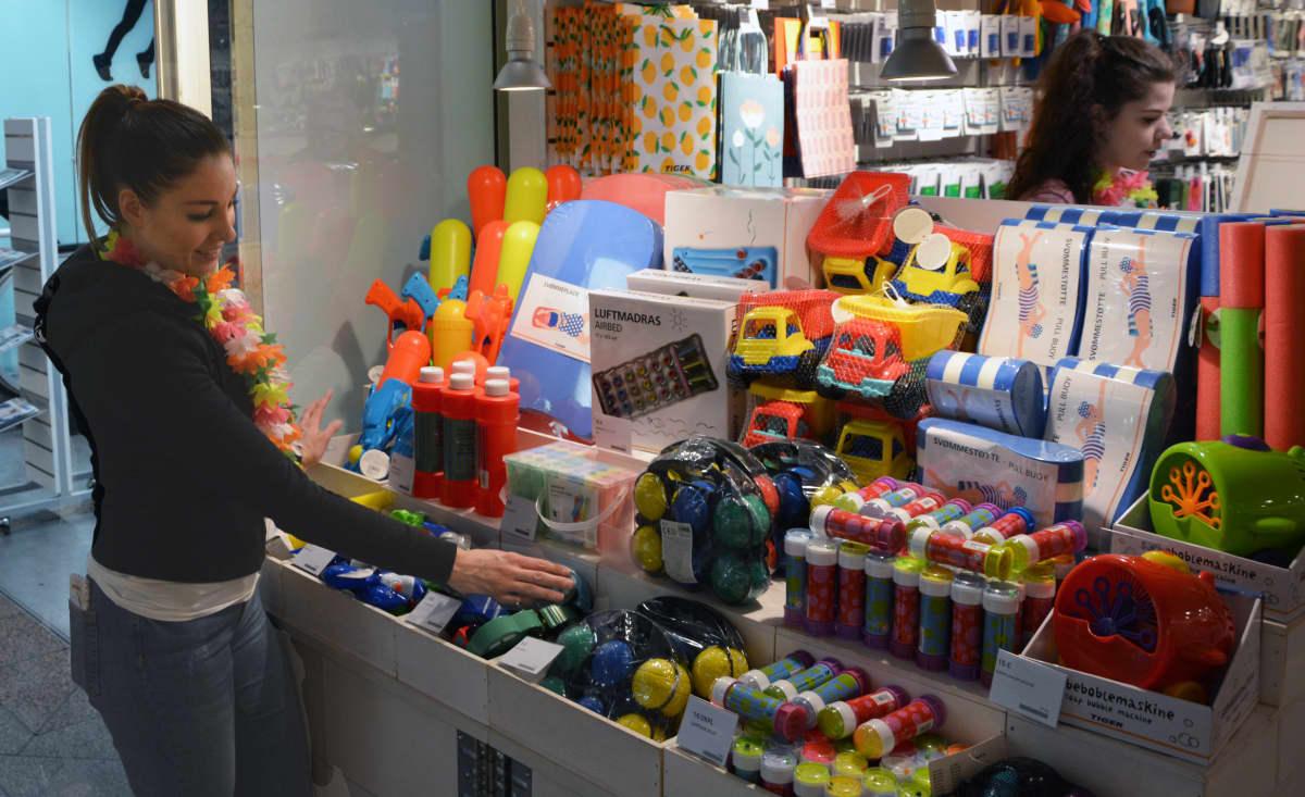 Saippuakuplia ja pihaleluja myymälässä.