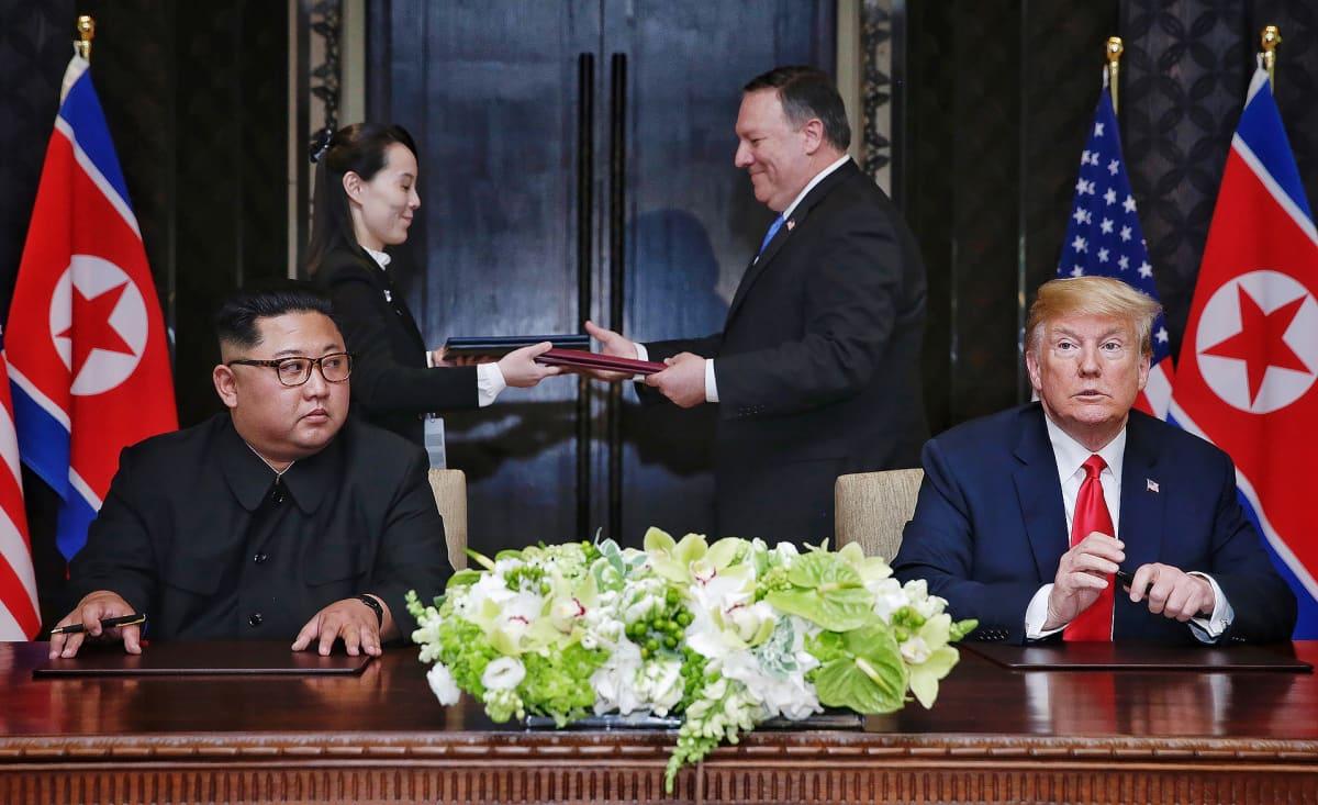 Kim Yong-un ja Donald Trump allekirjoitusten jälkeen Singaporessa.