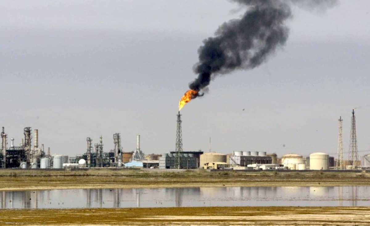 Irakilainen öljynjalostamo Persianlahdella.