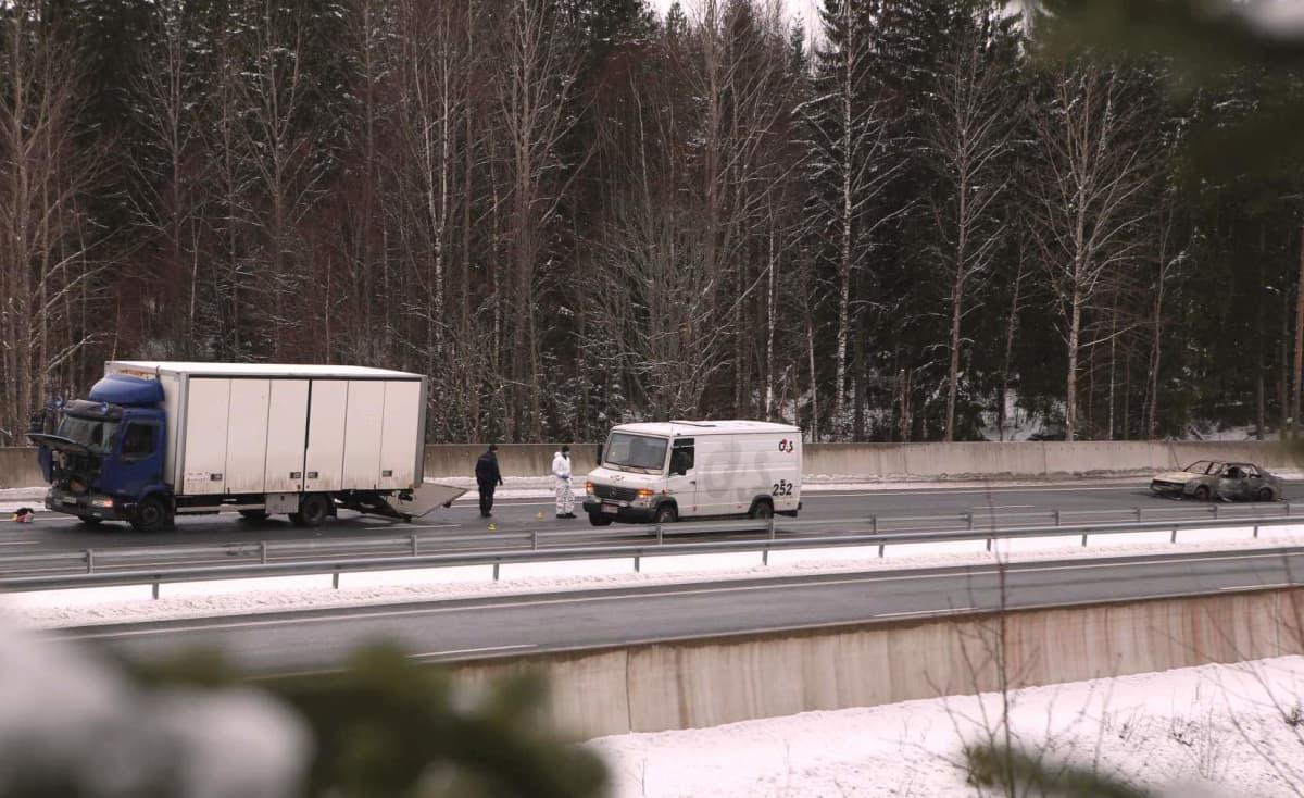Arvokuljetusauton ryöstöyritys E18-moottoritiellä Salon Suomusjärvellä 25.2.2016.