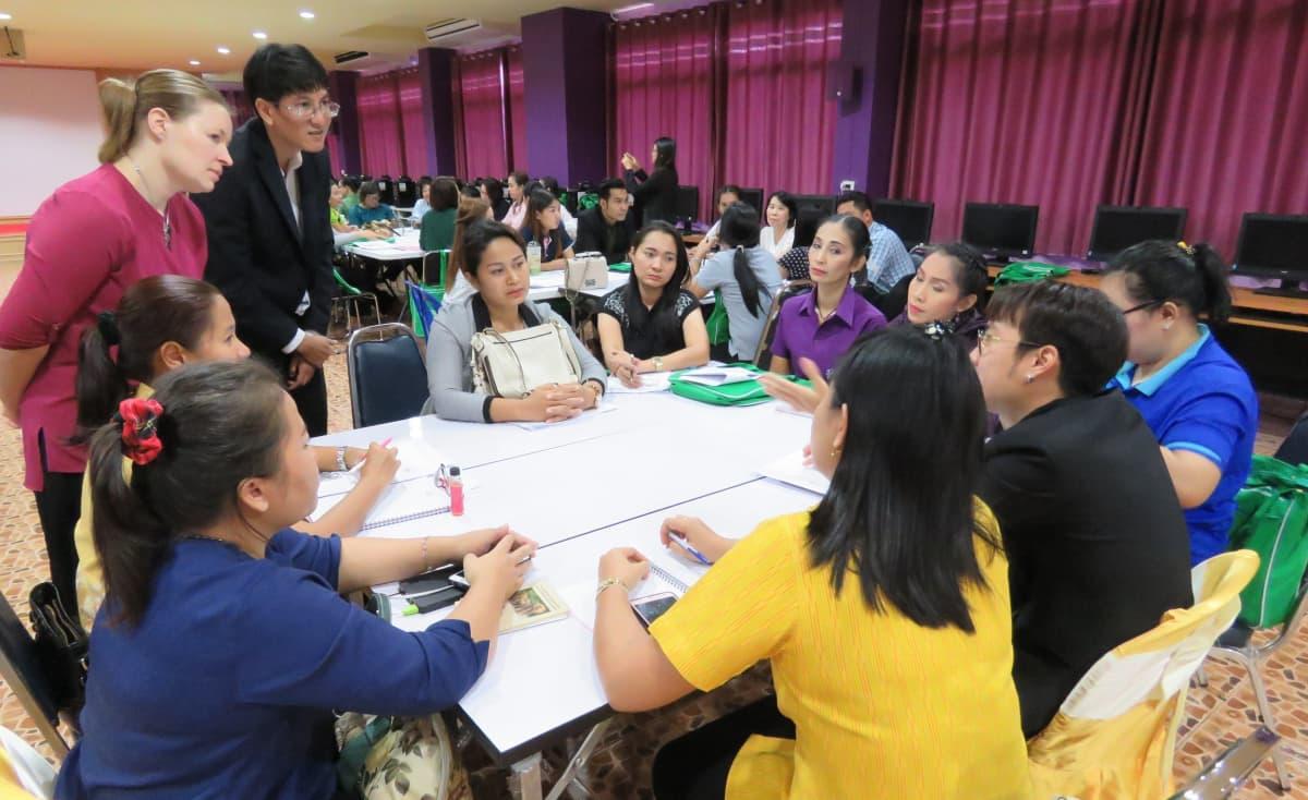 Thaimaalaisia opettajia suomalaisopettajien vetämässä työpajassa.