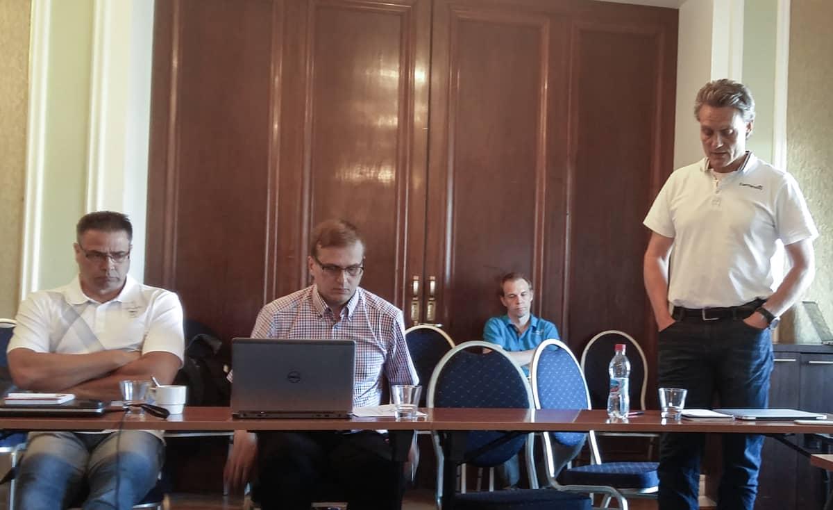 Olympiakomitean huippu-urheiluyksikön johtaja Mika Kojonkoski puhuu medialle hotelli Seurahuoneen kabinetissa.