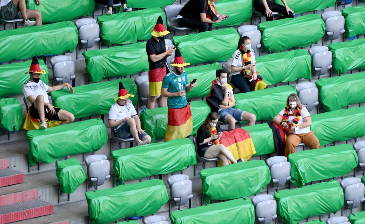 Saksalaisfaneja Münchenissä seuraamassa Portugalin ja Saksan peliä. Münchenissä  katsomoon on päästetty viidesosa katsomokapasiteetista eli noin 14 000 katsojaa.