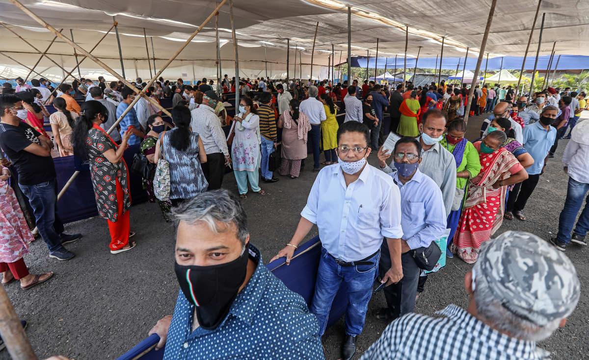 Ihmiset jonottavat koronarokotukseen Mumbaissa.