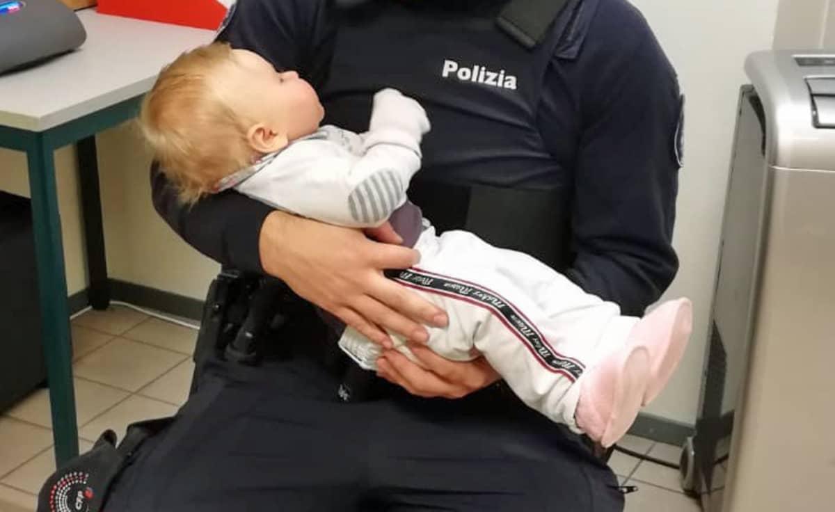 Vauva poliisin sylissä