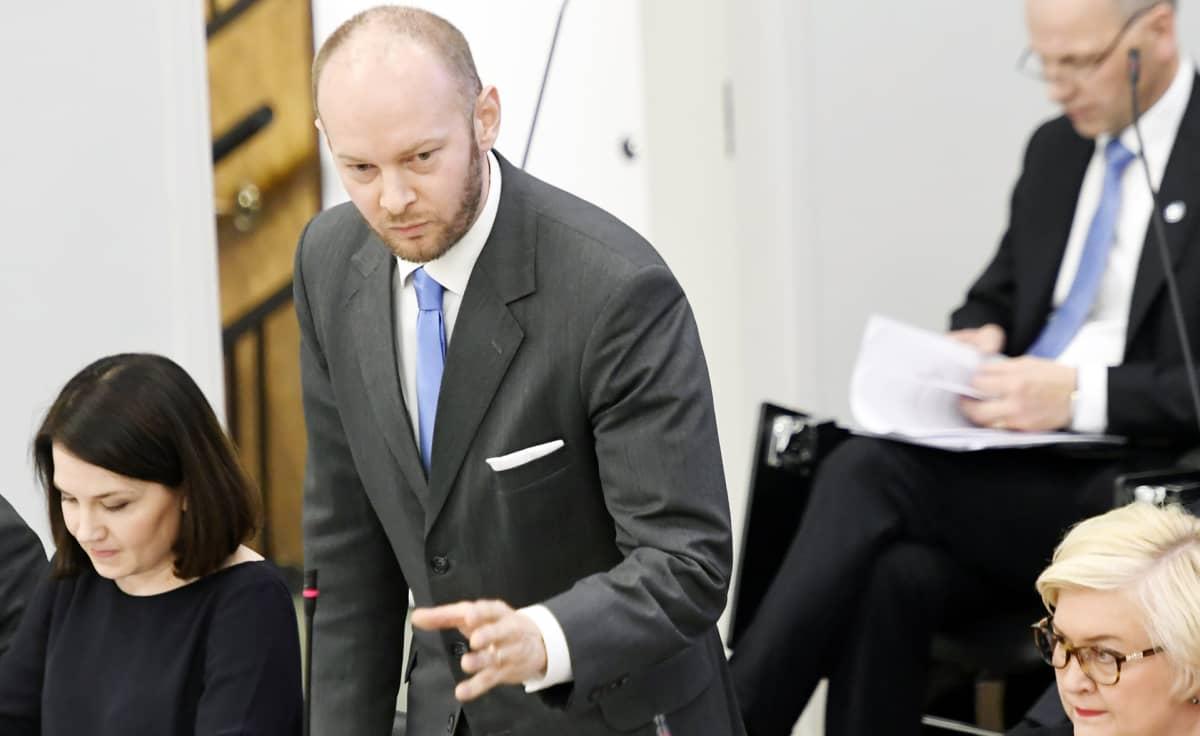 Sampo Terho eduskunnan suullisella kyselytunnilla Helsingissä.