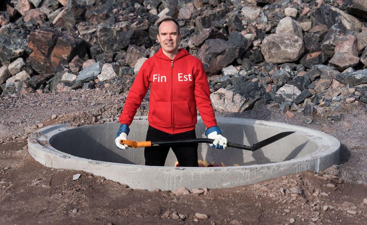 Peter Vesterbacka med spade i handen.
