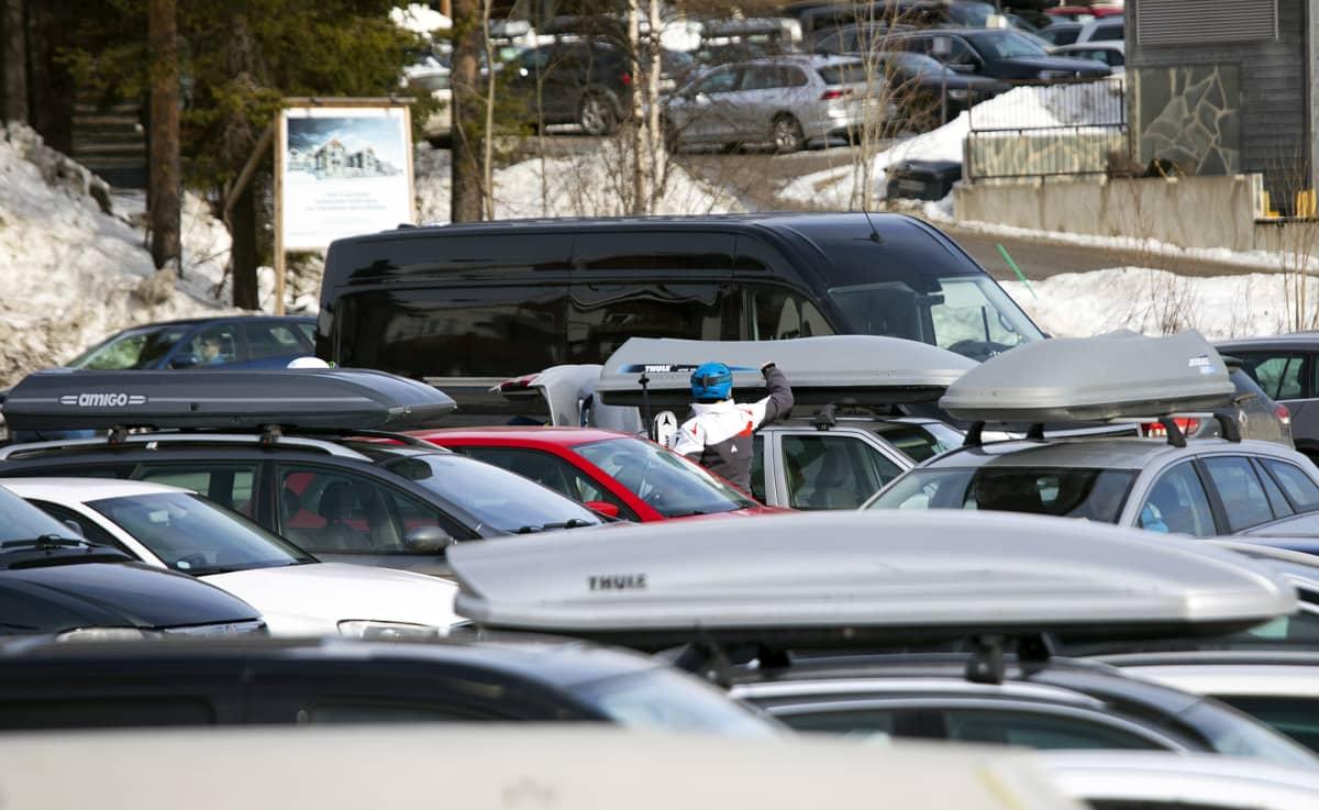 Autoja parkkipaikalla Levin laskettelukeskuksessa.