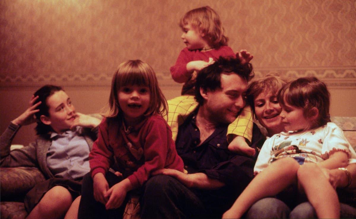 Jimmy White ja hänen entinen vaimonsa Maureen kuvattuna pariskunnan lasten kanssa vuonna 1990.