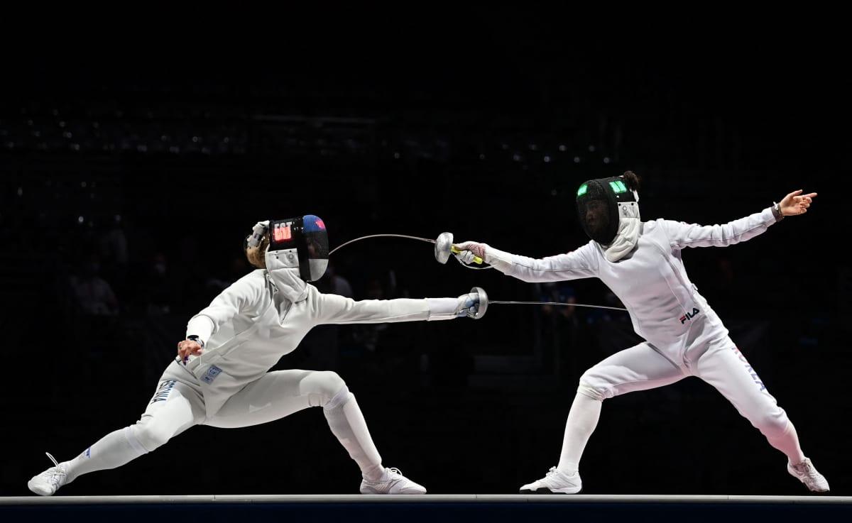 Viron Katrina Lehis ja Etelä-Korean Choi In-jeong kalpamiekkailun joukkuekilpailun olympiafinaalissa.