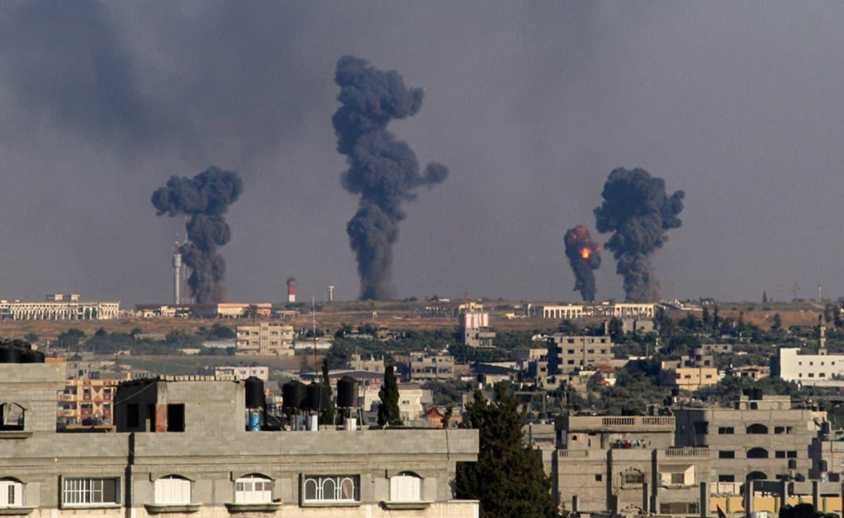 Savupilvet nousevat Israelin Gazassa sijaitsevan Rafahin lentokentälle tehdyn ilmaiskun seurauksena 7. heinäkuuta 2014.