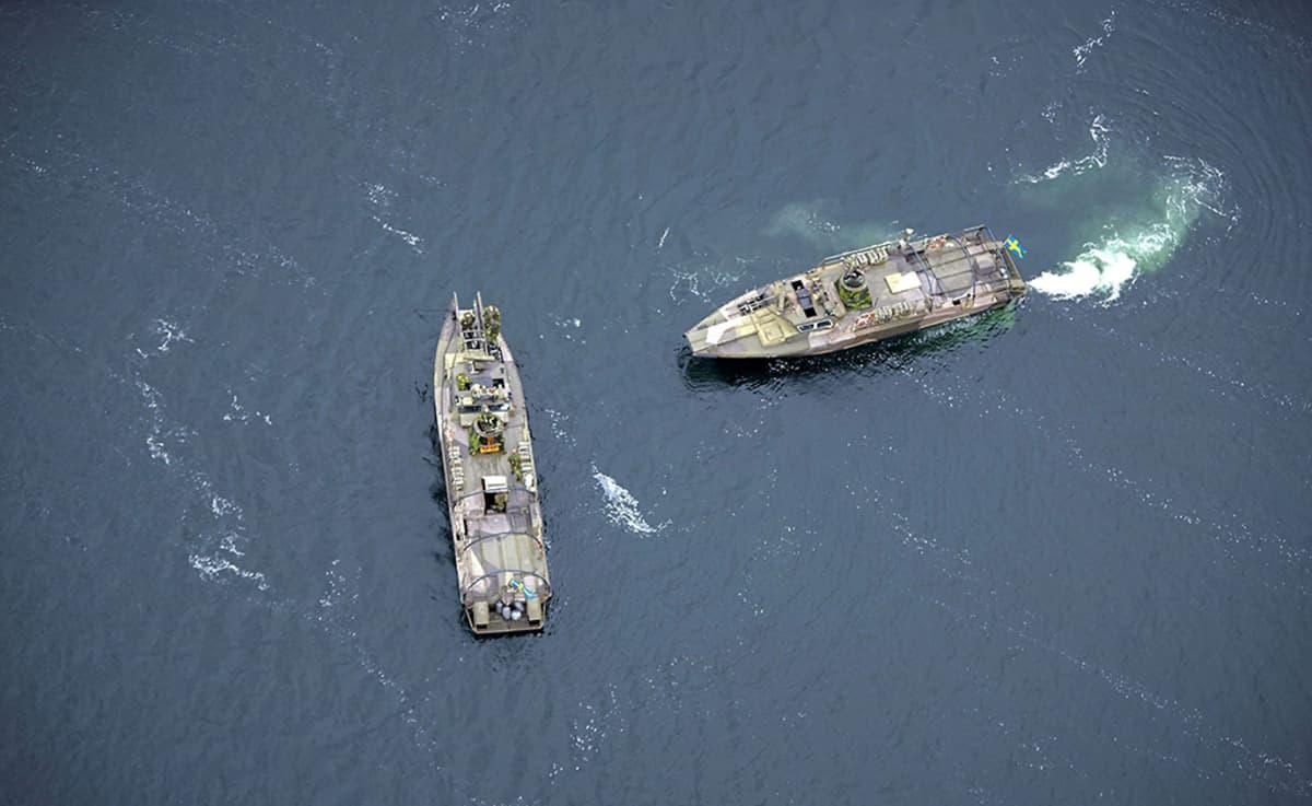 Ruotsin laivaston aluksia tukimassa saaristoa sunnuntaina.