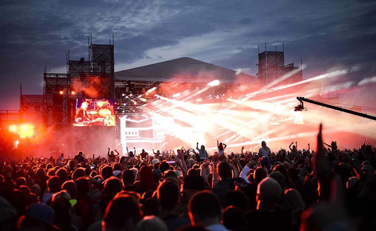 Yleisöä David Guettan keikalla Weekend-festivaaleilla Helsingin Kyläsaaressa.