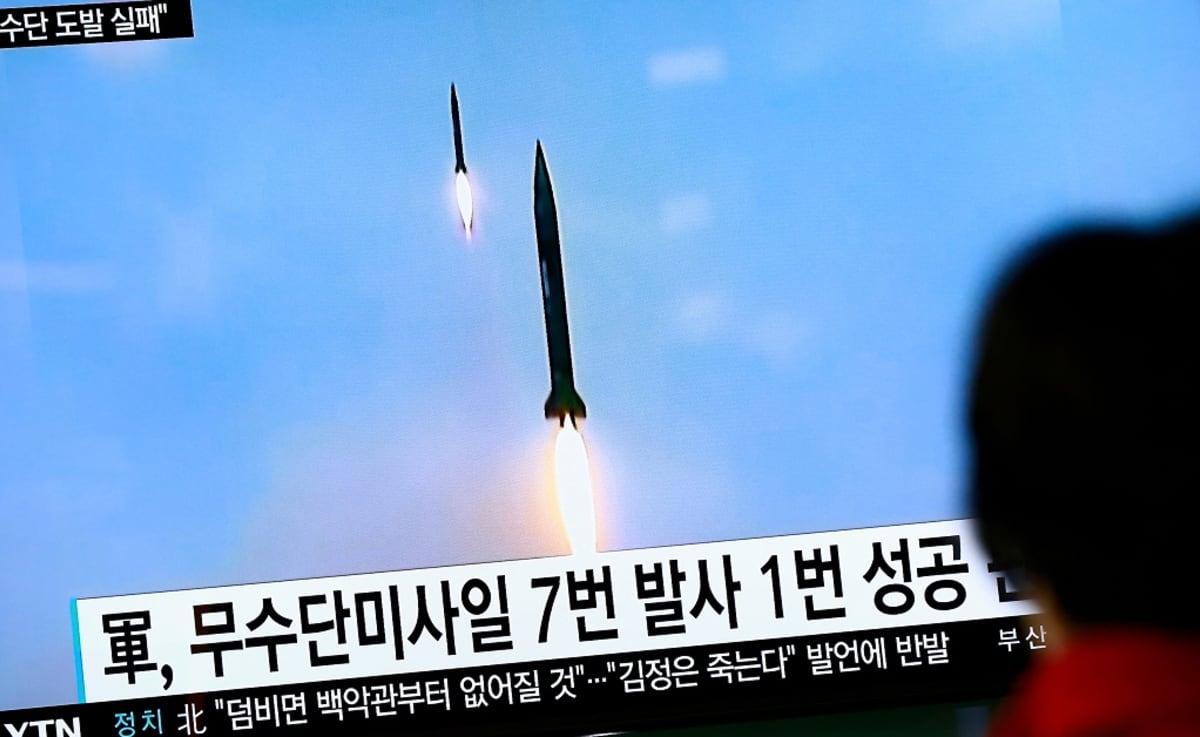 Etelä-Korean televisiosta näytetään Pohjois-Korean ohjuskoetta lokakuussa 2016.