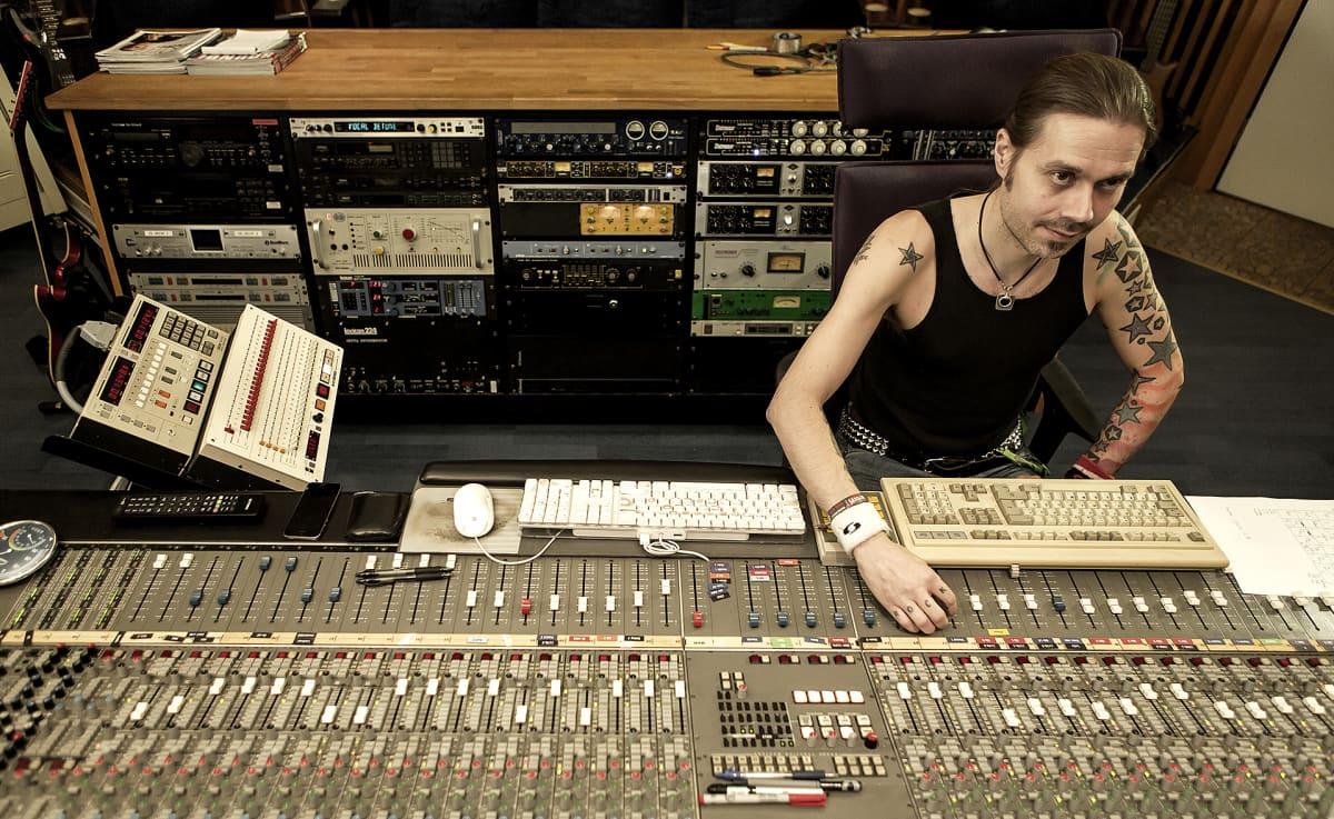 Anssi Kippo miksaa analogisella äänipöydällä Astia-studiolla.