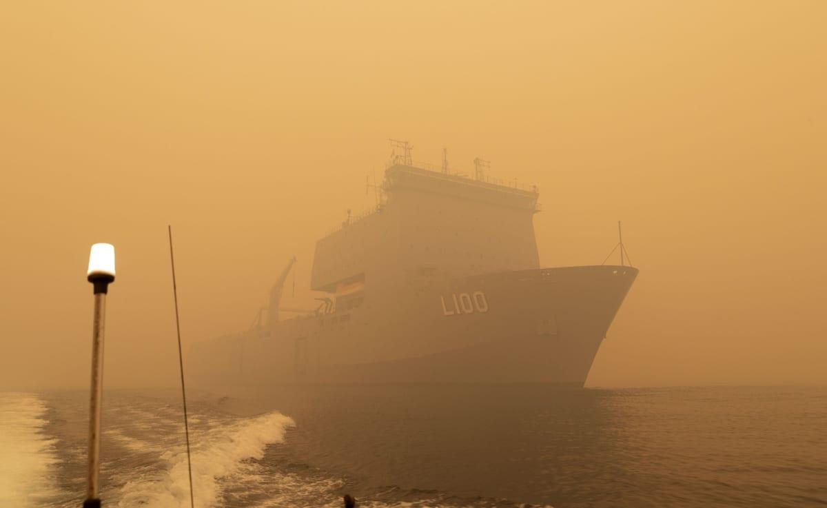 HMAS Choules suorittamassa pelastusoperaatiota Mallacootan rannikolla Victorian osavaltiossa Australiassa.