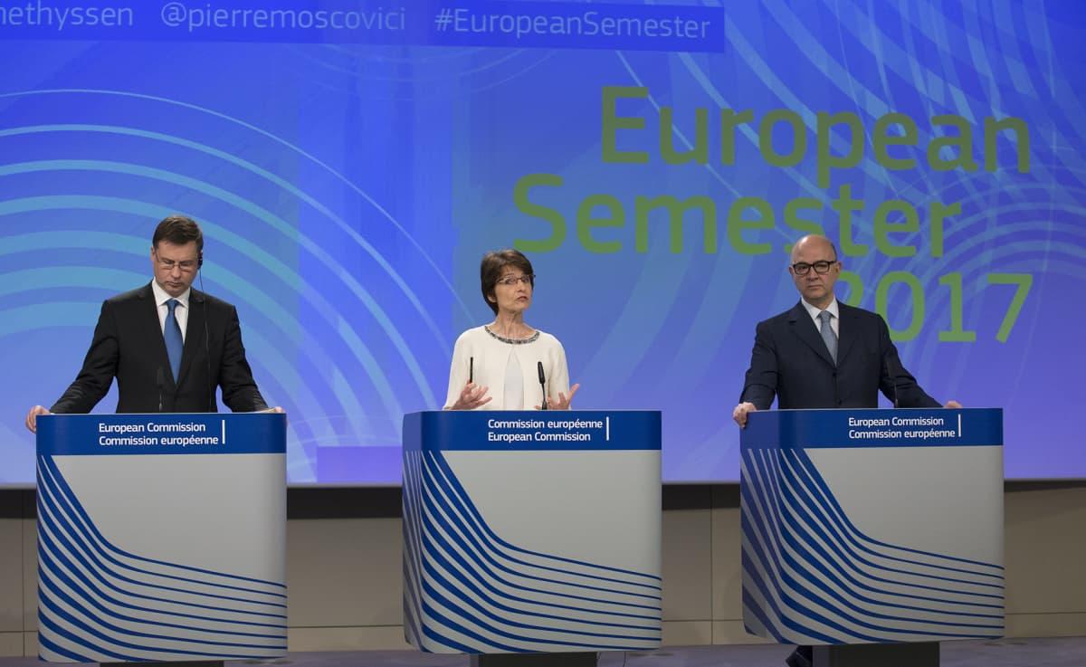 Euroopan komission varajohtaja Valdis Dombrovskis sekä EU-komissaarit Marianne Thyssen ja Pierre Moscovici European Semester 2017 -tiedotustilaisuudessa Brysselissä maanantaina.