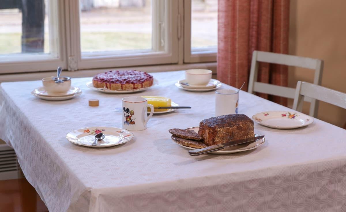 Nimipäiviä juhlittiin sota-aikanakin. Pöydällä puolukkatorttua, leipää ja oikeaa voita.