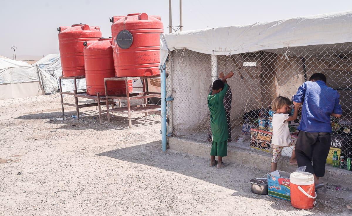 Elintarvikekioski ja vesisäiliöitä al-Holin leirissä Syyriassa