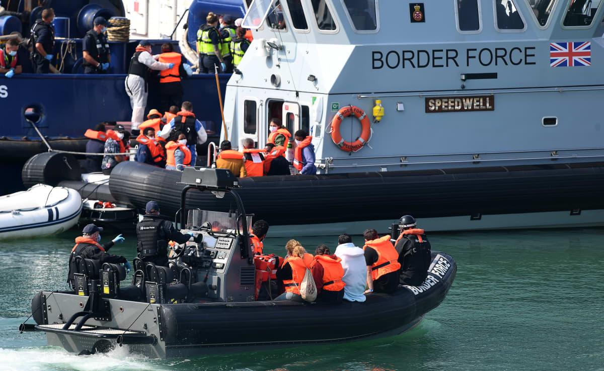 Rajavartiosto tuo pelastusveneellä siirtolaisia maihin Englannin kanaalissa.