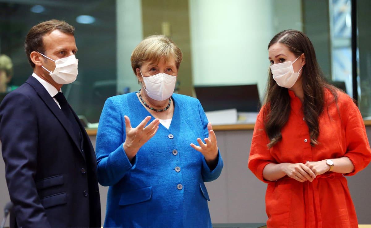 Ranskan presidentti Emmanuel Macron, Saksan liittokansleri Angela Merkel ja Suomen pääministeri Sanna Marin EU:n huippukokouksessa Brysselissä.