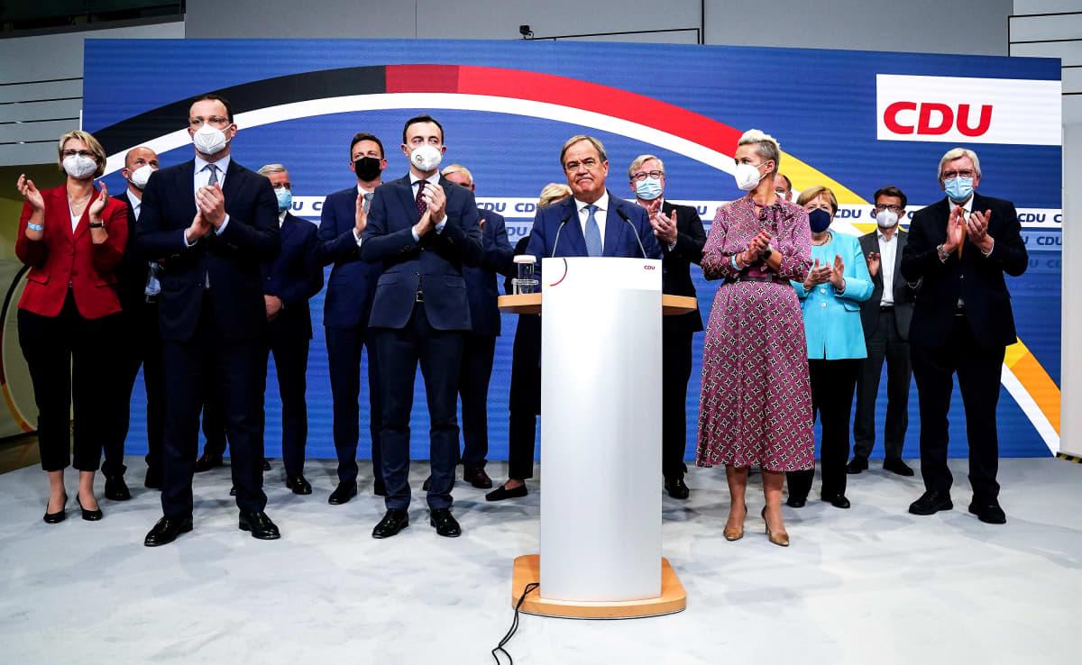 CDU:n Armin Laschet ja puolueen johtoa vaalivalvojaisissa.