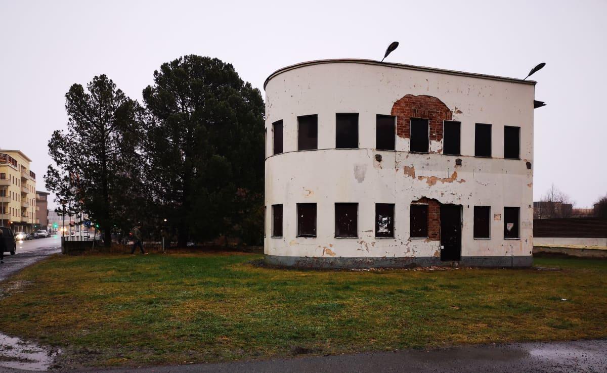 Vanhan huoltoaseman suojeltu funkisosa Kokkolassa.