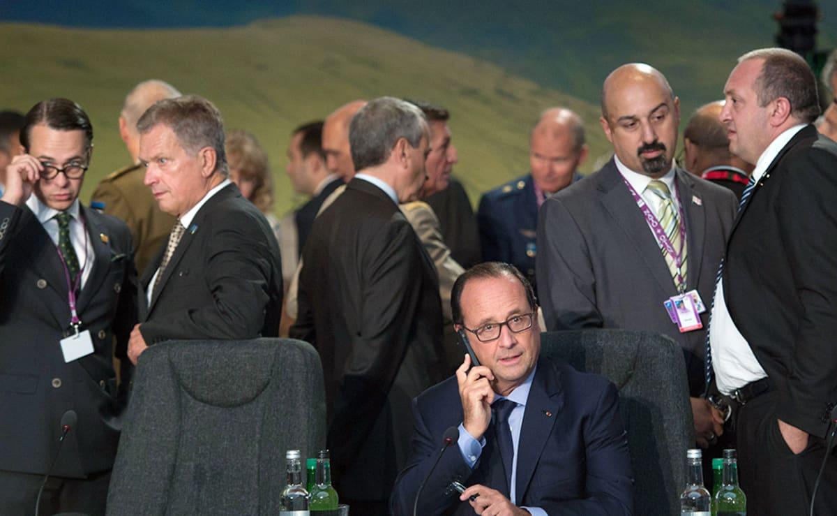 Presidenttejä ja hallitusten edustajia hetkeä ennen Naton huippukokouksen alkamista.