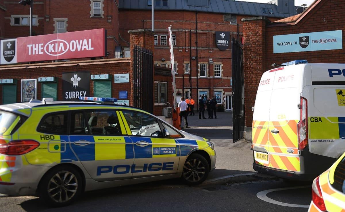 Poliisiauto ja ambulanssi Lontoossa.