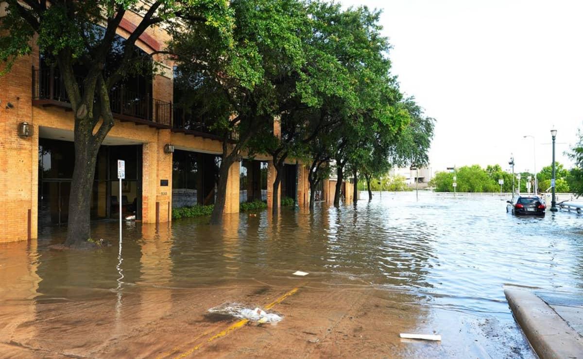 Tulviva katu Texasin Houstonissa 26. toukokuuta.