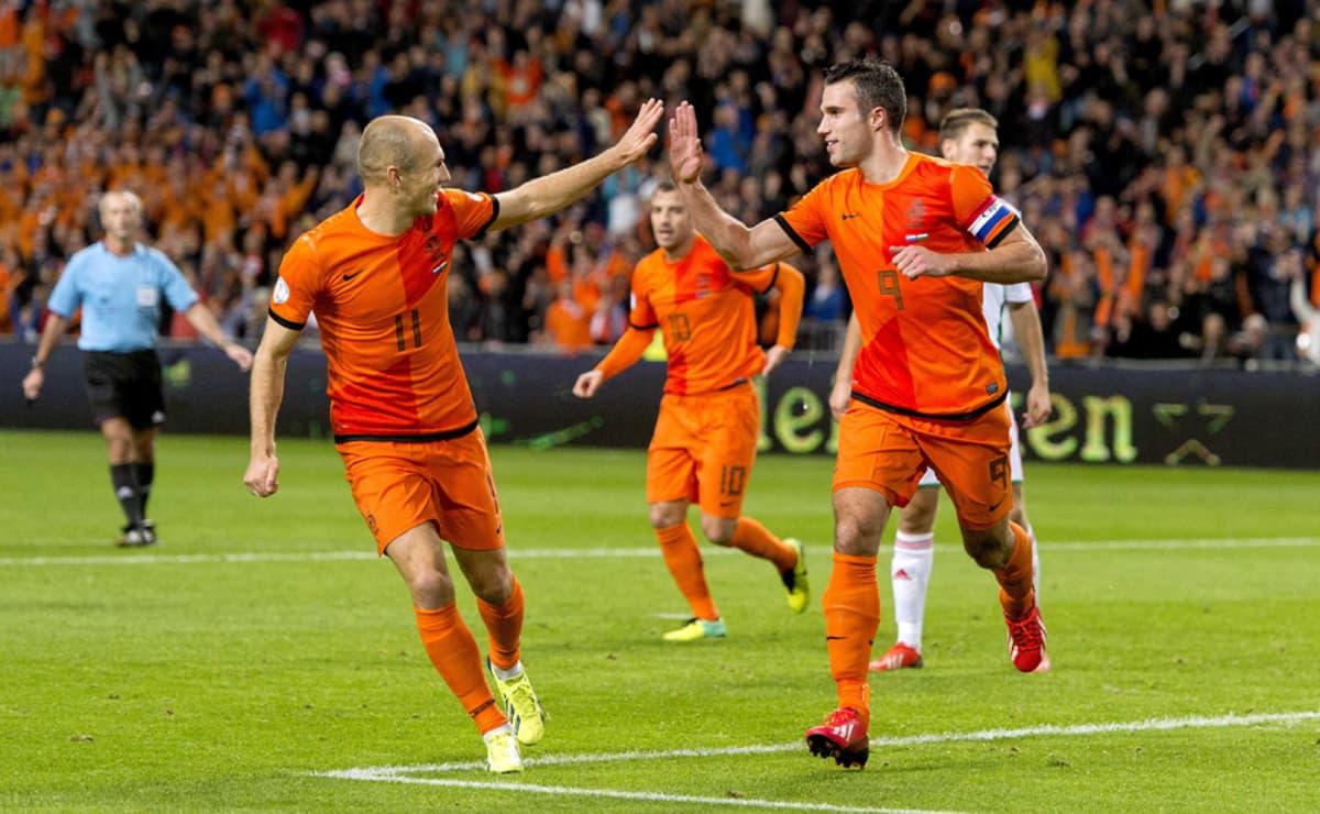 Hollannin Arjen Robben (vas.) ja Robin van Persie iloitsevat maalin jälkeen.
