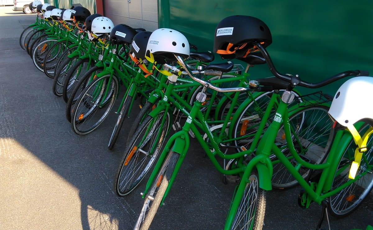 Kaupunkipyörät rivissä juuri ennen käyttöön luovutusta.