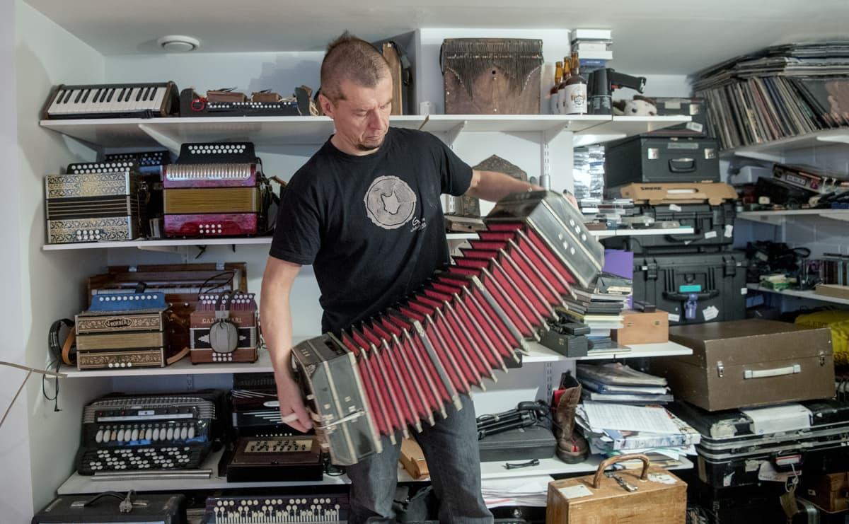 Kimmo Pojosella on työhuoneellaan ympäri maailmaa tuotuja harmonikkasoittimia.