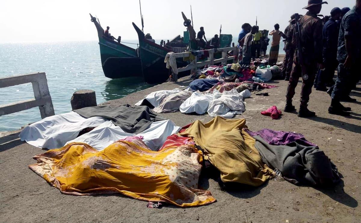 Bengalinlahdella hukkuneita kankailla peitettyjä  rohingya-pakolaisia laiturilla.