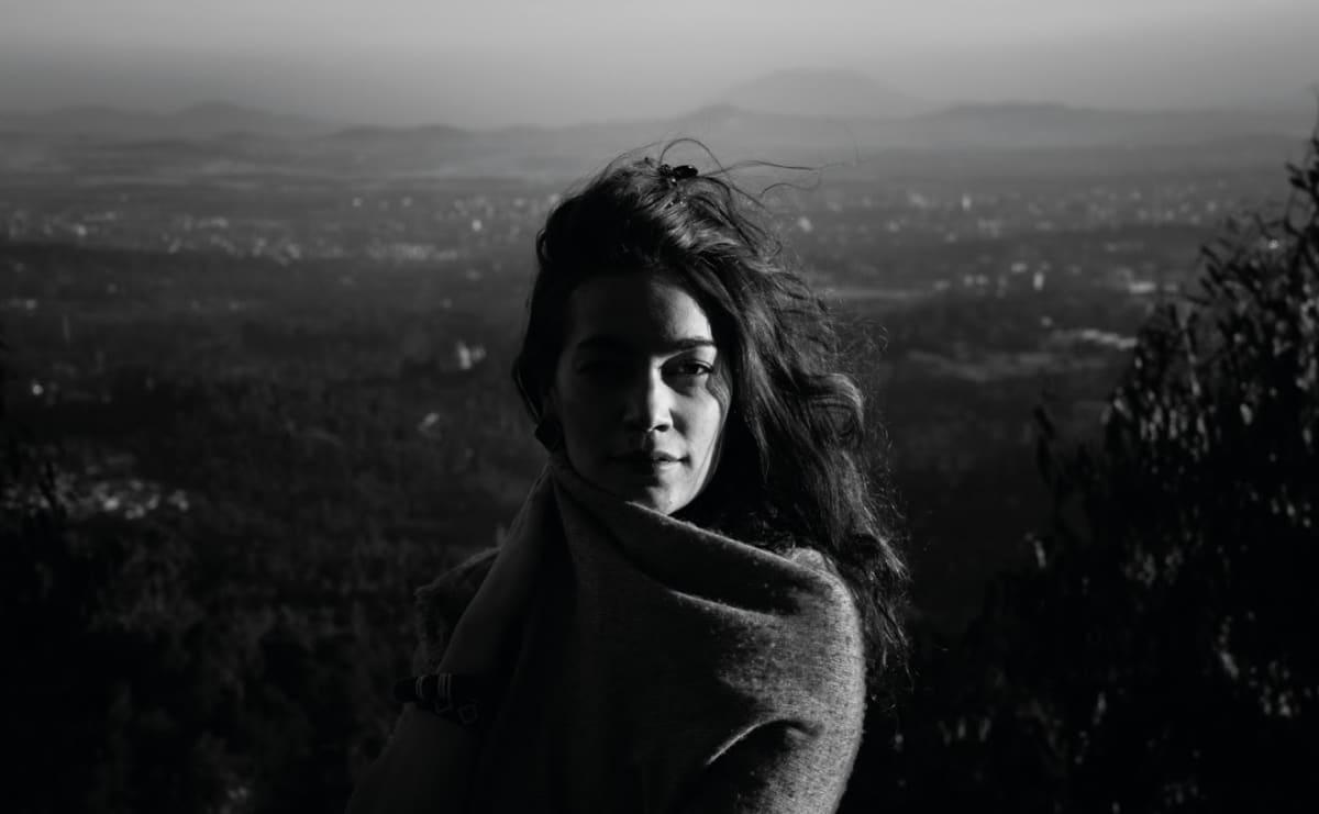 Kuusamolaislähtöinen valokuvaaja Meeri Koutaniemi on tullut tunnetuksi kantaaottavista ja ihmisoikeuksia puolustavista aiheistaan.