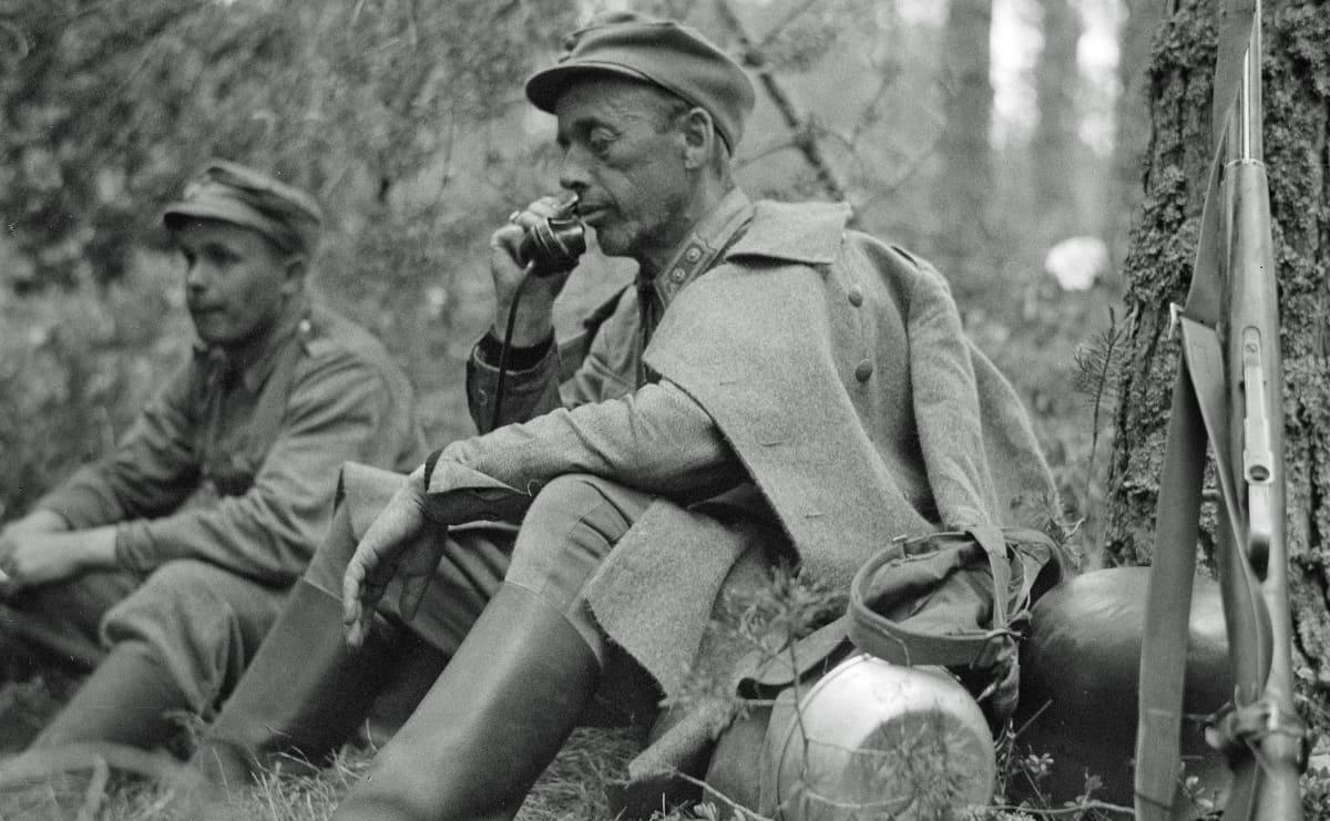sotilas puhuu puhelimeen