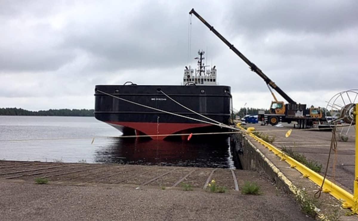 tavaran lastausta rahtilaivaan Kotkan satamassa, Kantasatama, Itälaituri