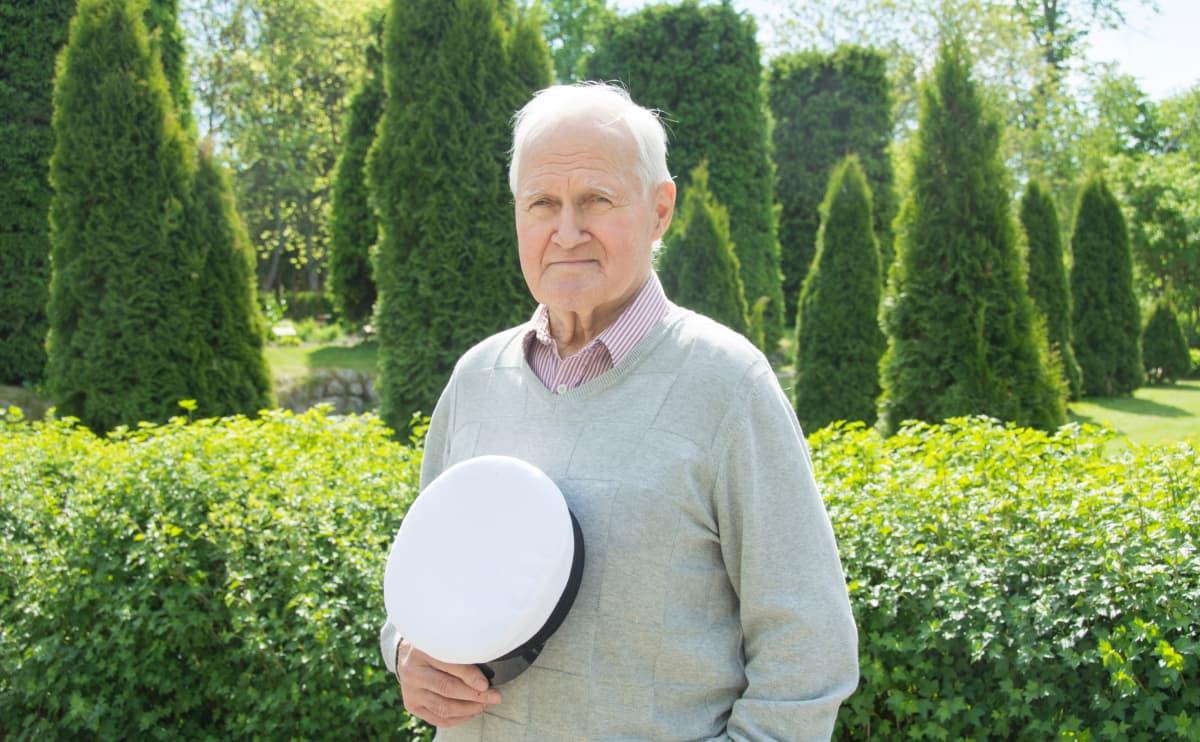 Kevään 2018 vanhin ylioppilas Matti Dahlbacka pitelee kädessään tuoretta ylioppilaslakkiaan.