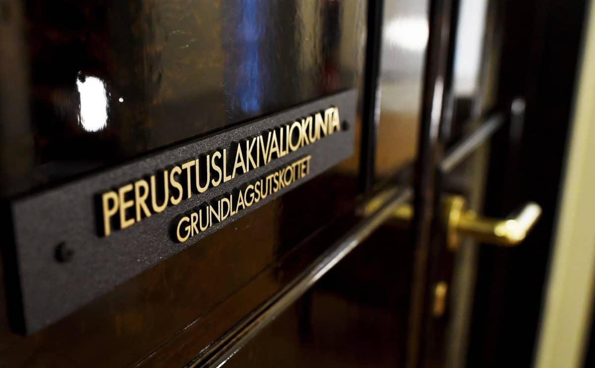 Perustuslakivaliokunnan ovi eduskunnassa Helsingissä.
