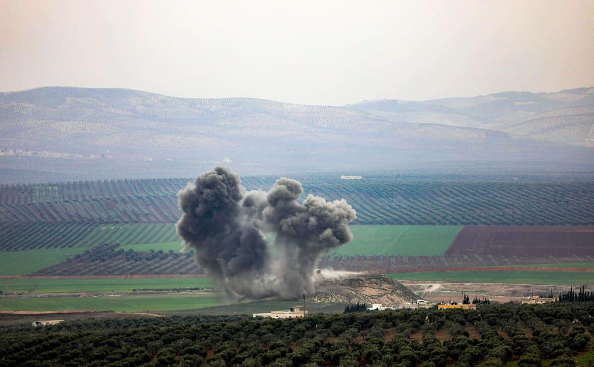 Syyrialaisessa kylässä Afrinin alueella nousi savupilvi.