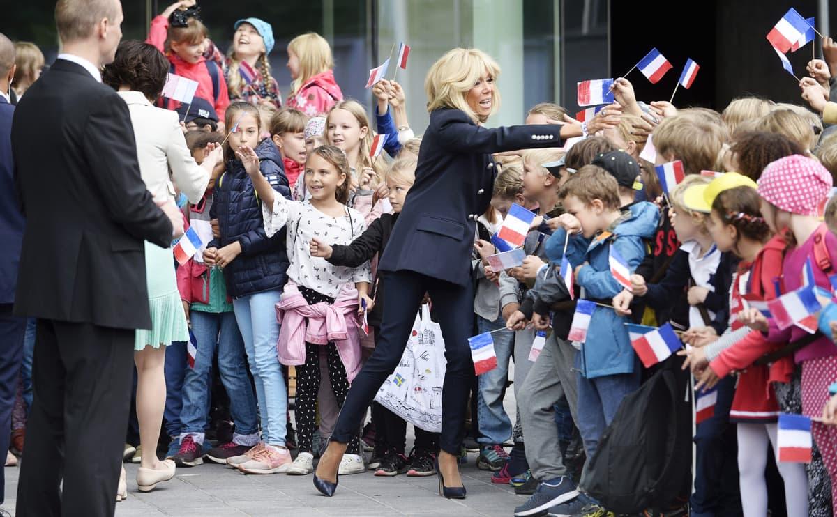 Rouva Jenni Haukio ja rouva Brigitte Macron tutustuvat Uuteen lastensairaalaan.