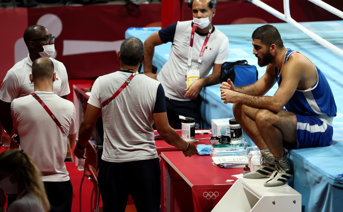 Mourad Aliev protestoi istumalla kehässä ottelun jälkeen.
