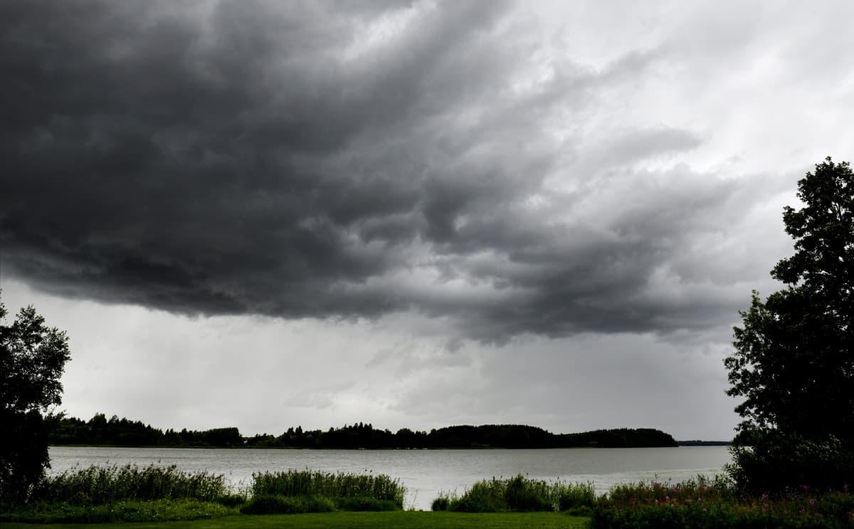 Sadepilviä Tuusulanjärvellä Tuusulassa 24. heinäkuuta 2020.