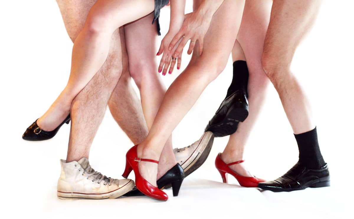 Teatterikoneen mainosjulisteessa kahden pariskunnan jalat menevät solmuun.